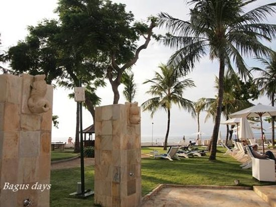 Discovery Kartika Plaza Hotel: プールからビーチを見たところ