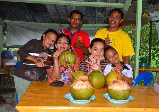 Sepilok Nature Resort: Coconut shop family just down the road