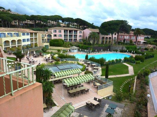 Hotel Les Jardins de Sainte-Maxime : Espace piscine vu de la chambre 224