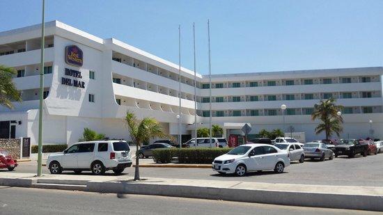 Gamma Campeche Malecón: Вид гостиницы с парковкой