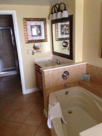 Wyndham Bonnet Creek Resort: View of master bath from bedroom