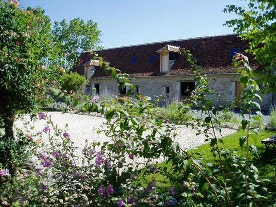 Les Petites Cigognes: Long barn in the Spring
