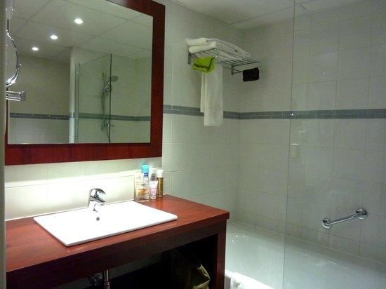 Hotel Les Jardins de Sainte-Maxime: Salle de bain de la chambre 224