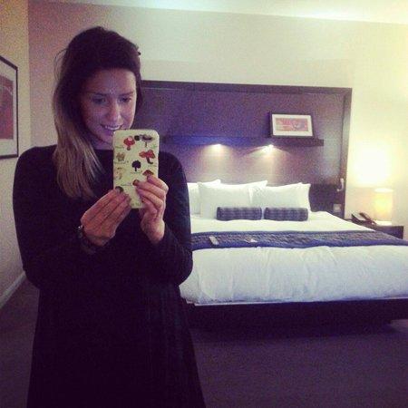 Hilton London Canary Wharf : Our kingsized bed :) x