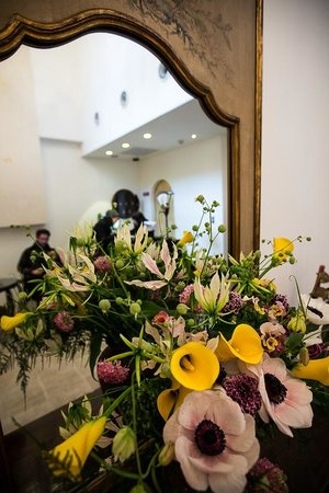 Hotel Mume: Fresh flower arrangement in the hotel lobby
