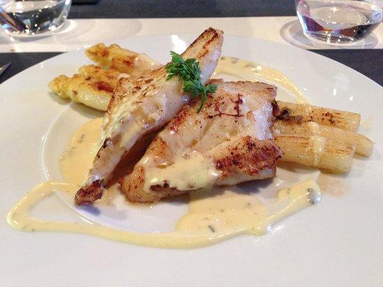 Pure Restaurant : Filet de saint-Pierre accompagné d'asperges, sauce béarnaise