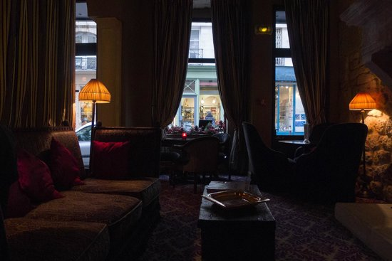 Hotel Odeon Saint-Germain: フロント脇のラウンジから通りを眺める