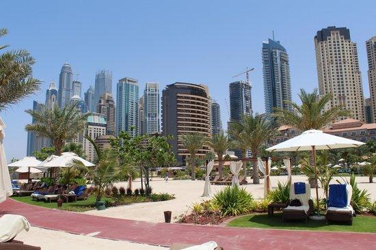 The Ritz-Carlton, Dubai: BLICK VOM STRAND AUS