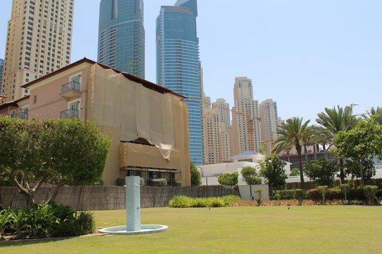 The Ritz-Carlton, Dubai: IN RENOVIERUNG BEFINDLICHE SEITE DES HOTELS