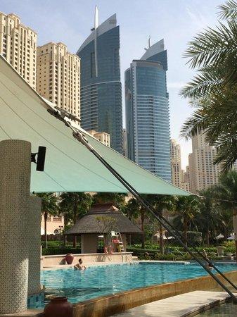 The Ritz-Carlton, Dubai : BLICK VOM ERWACHSENENPOOL AUS