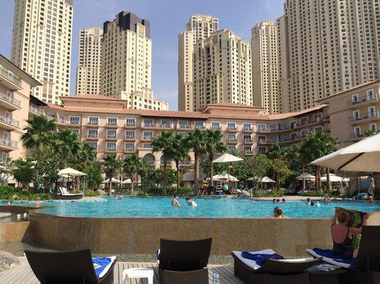 The Ritz-Carlton, Dubai : BLICK AUFS HOTEL VOM STRAND AUS