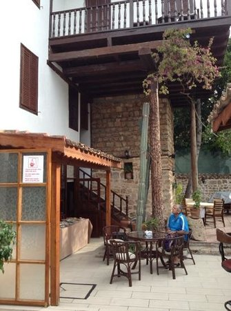 Atelya Art Hotel: BREAKFAST IN THE COURTYARD
