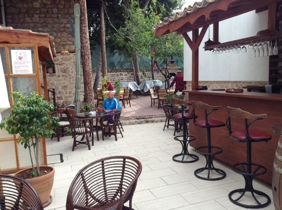 Atelya Art Hotel: Courtyard and bar area.  Very relaxing.
