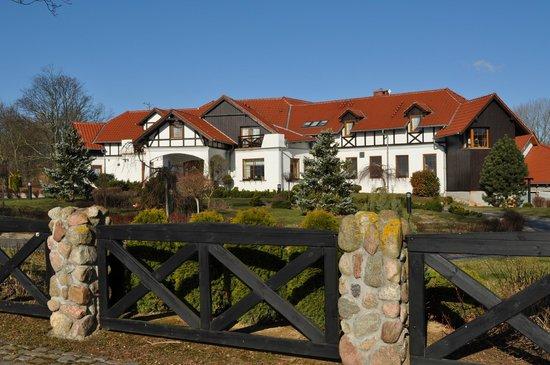 The Rega Manor: Fronton Dworku nad Regą