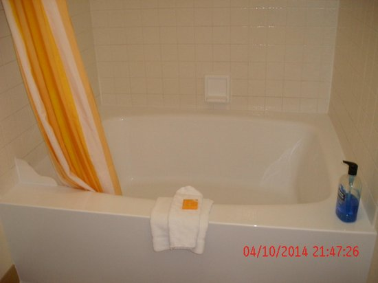 La Quinta Inn & Suites Las Vegas Airport N Conv.: bathroom/tub