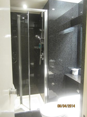 St Giles London - A St Giles Hotel: Adequate sized shower