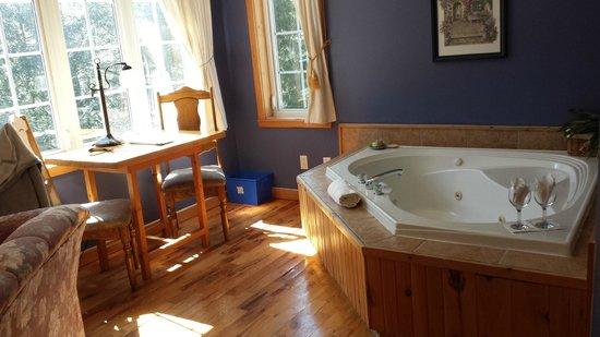 Auberge & Spa Beaux Reves : spa in king room :)