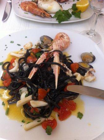 Antiche Mura: Linguine nere ai frutti di mare...senza cozze x me!
