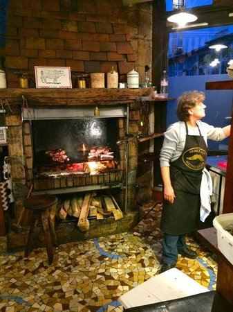 Chez Robert et Louise : The open fire pit in the heart of the restaurant
