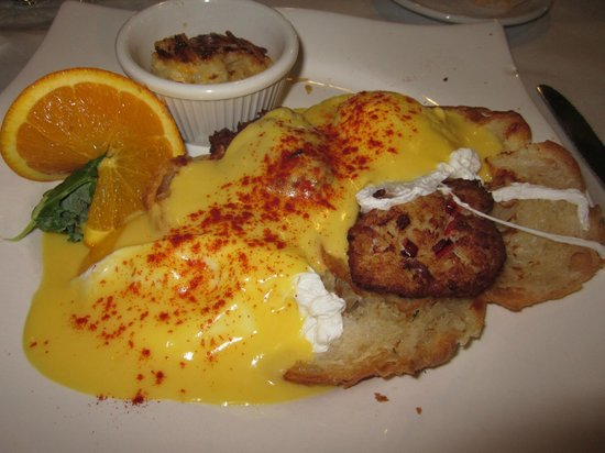 Croissants Bistro and Bakery : Crabcake Benedict