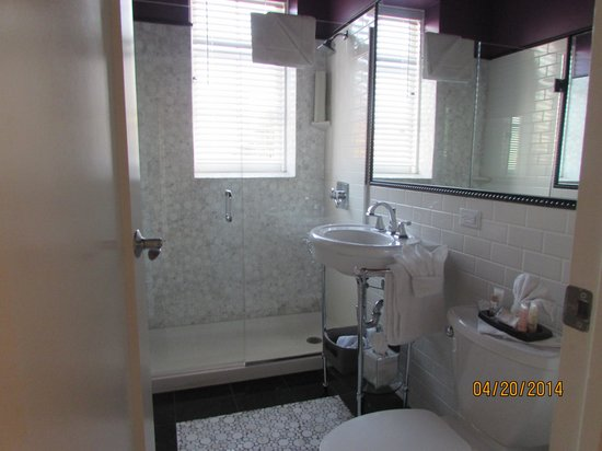 Inn at the Park: bathroom (you share one in 2 bdrm)