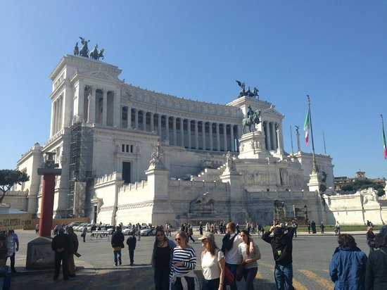Monumento a Vittorio Emanuele II: Gives an idea of the height