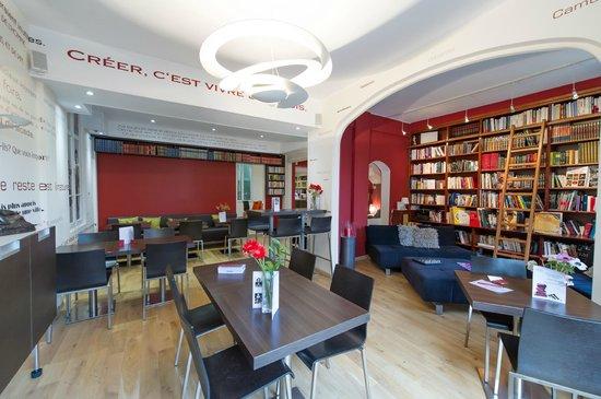Ideal Sejour Hôtel : Salle de petit déjeuner, Bibliothèque donnant sur le jardin
