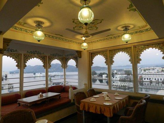 Mewar Haveli Roof Top Restaurant: Dining room has plenty of atmosphere
