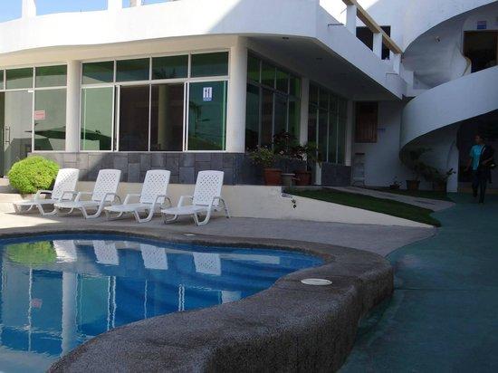 Hotel Pelican Bay: Piscina y restaurante