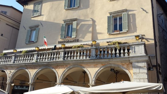 Taverna dei Consoli : Veduta della terrazza del ristorante da piazza del Comune