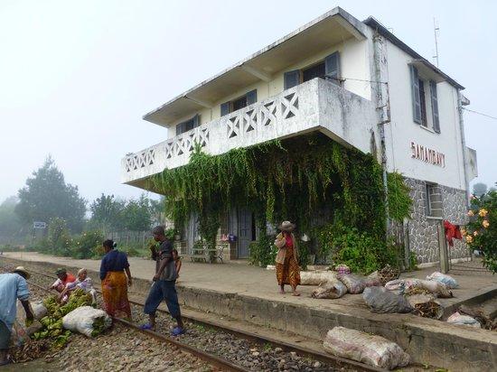 Lachotel: La gare désespérément vide de trains