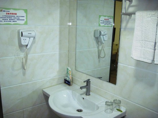 365 Tianyi Chain Hotel Heze Huaying Road: Bathroom and hair drier
