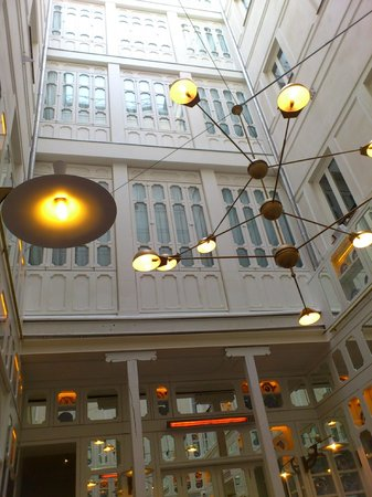 Only YOU Boutique Hotel Madrid: зеркальный внутренний дворик