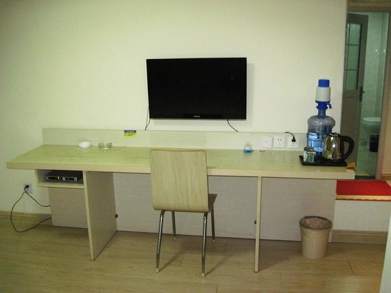 365 Tianyi Chain Hotel Heze Huaying Road: TV and water