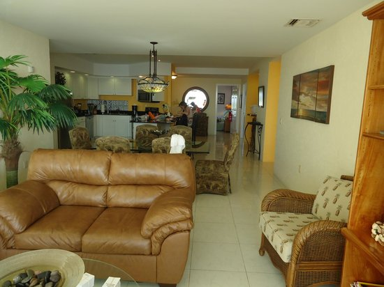 El Cantil Condo Resort : Living Room and kitchen