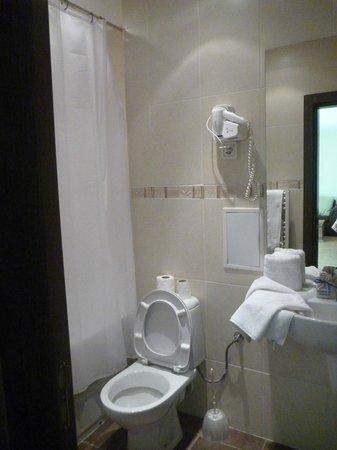 Apartment Complex Kandahar: Bathroom