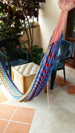 Agua Azul La Villa: Терраса номера с гамаков и стульями для отдыха
