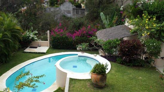Agua Azul La Villa: Маленький бассейн и очень ухоженная зеленая территория