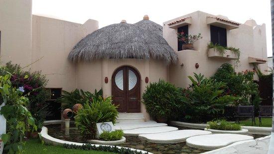 Agua Azul La Villa: Вход на виллу очень напоминает домик хоббита