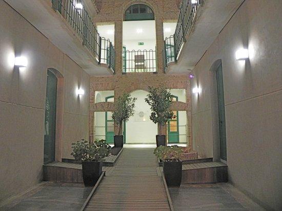 Hotel Boutique Isla de Tabarca: Entrada principal por la noche