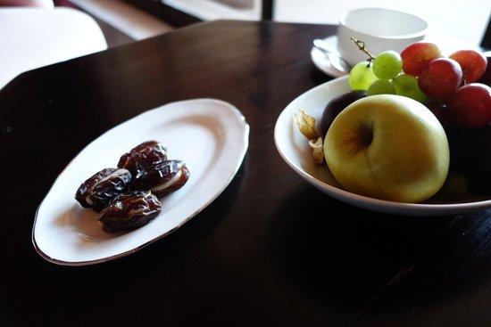Sahara Palace Marrakech : fruits et dattes farcies au amandes offert par l'hôtel