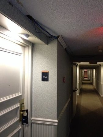 Sandman Hotel Edmonton West: Loose pot light and exposed wiring, room 114