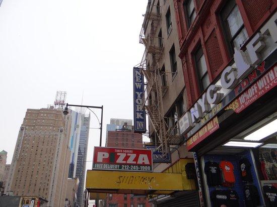 New York Inn: Vista del frente del hotel y sus vecinos
