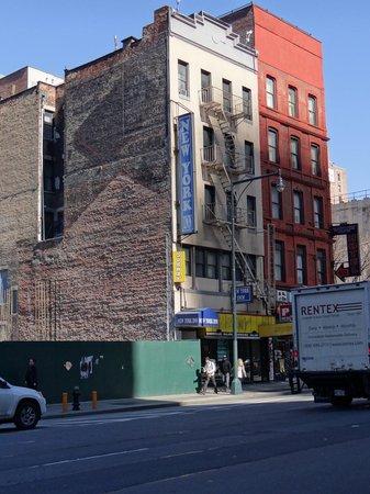 New York Inn: Vista del frente del hotel