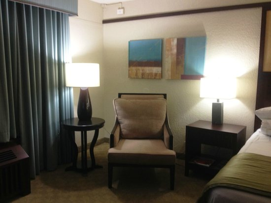 Doubletree by Hilton Orlando at SeaWorld: sitting area in bedroom