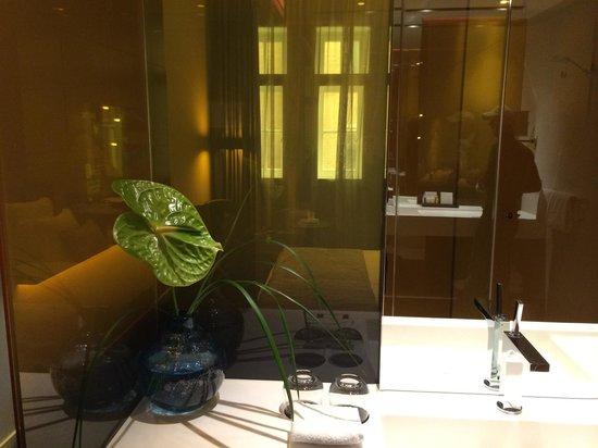 Art'otel Amsterdam : Bellissimo il dettaglio del bagno con i fiori freschi!!