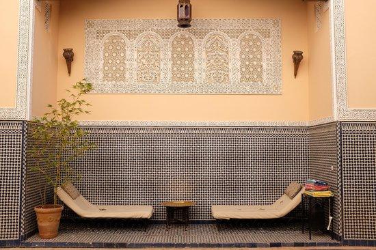 Riad Fes Baraka: espace détente près de la piscine