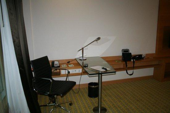 Holiday Inn Amritsar Ranjit Avenue: Room 109 study desk