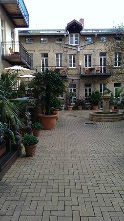 Garden Living: Courtyard