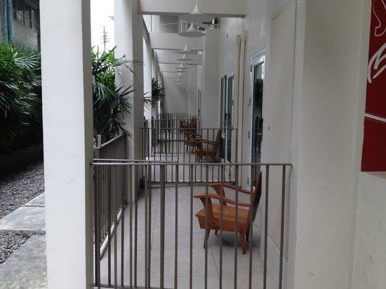 Chern Hostel: vista de las habitaciones en planta baja